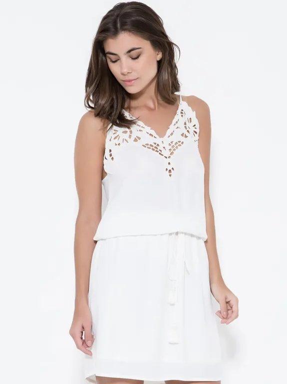 Confira alguns modelos de vestidos de renda para festas.