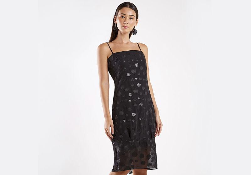 vestido preto com estampa de bolinhas e tule