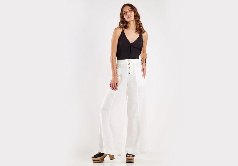 calça pantalona branca cós alto blusa de alcinha preta