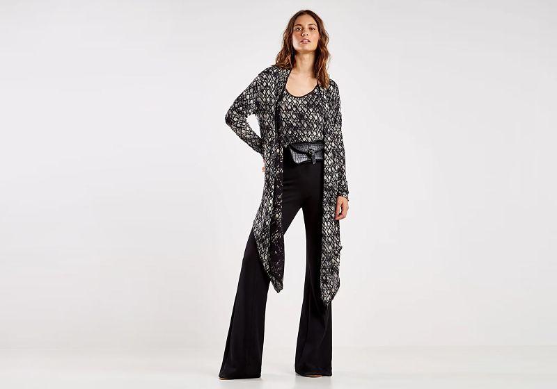look calça flare preta kimono e blusa estampada