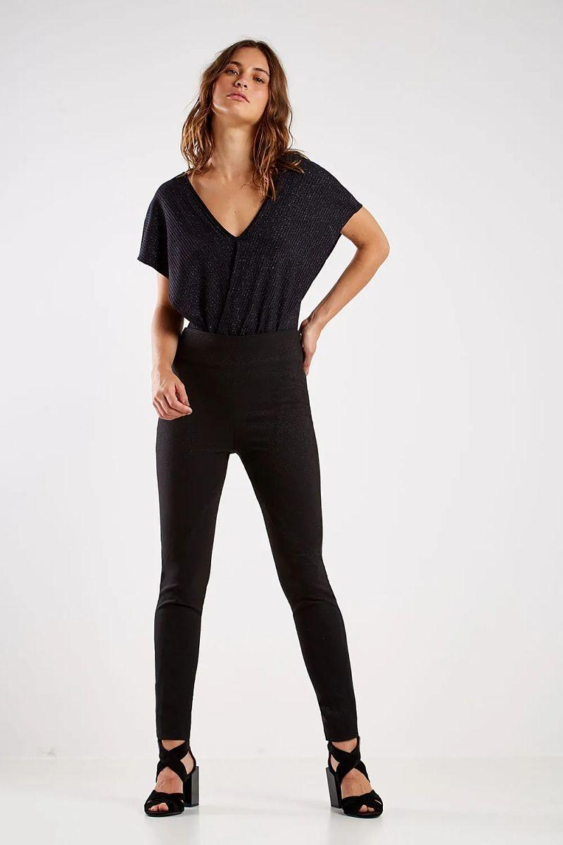 look calça lisa preta blusa preta