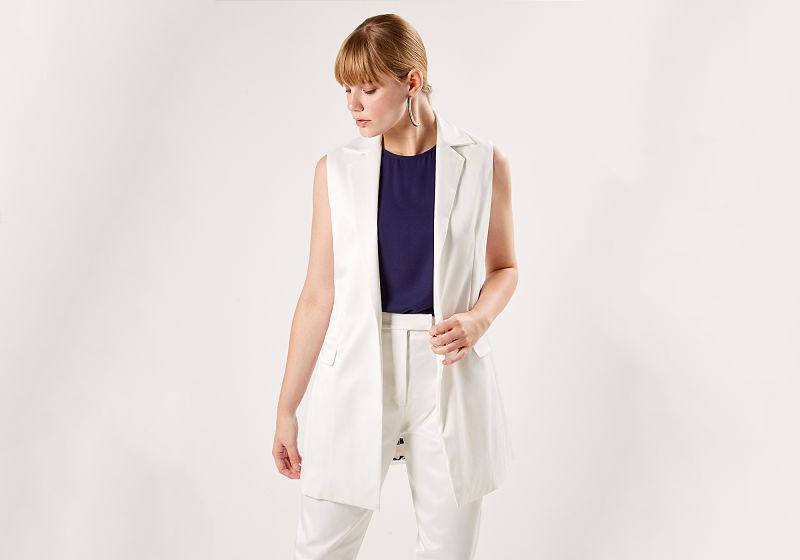 look colete de alfaiataria branco e calça branca