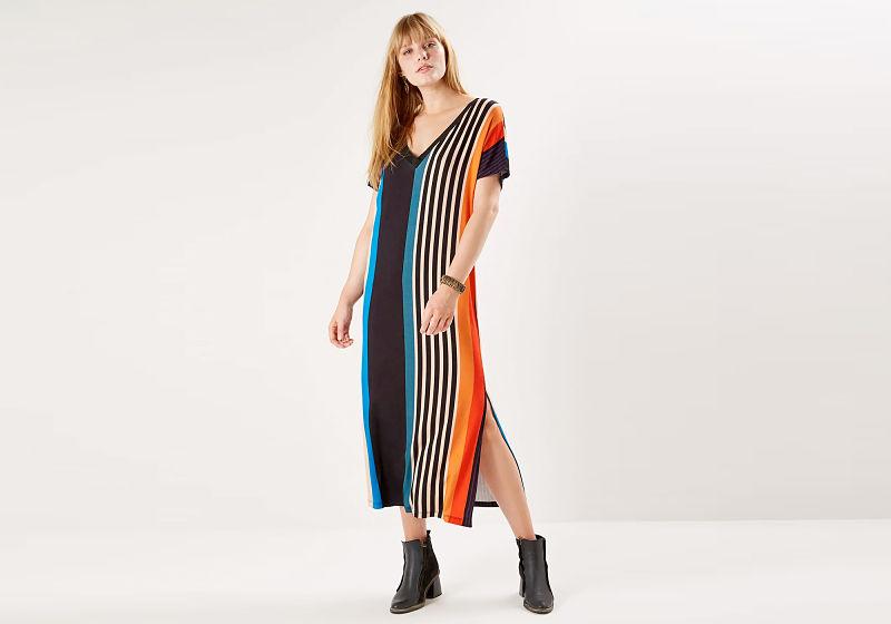 vestido midi com listras coloridas com fenda lateral