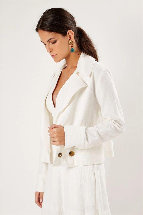 Foto de uma modelo mulher vestindo Jaqueta Textura Botões olhando para baixo