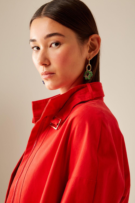 Mulher com jaqueta vermelha