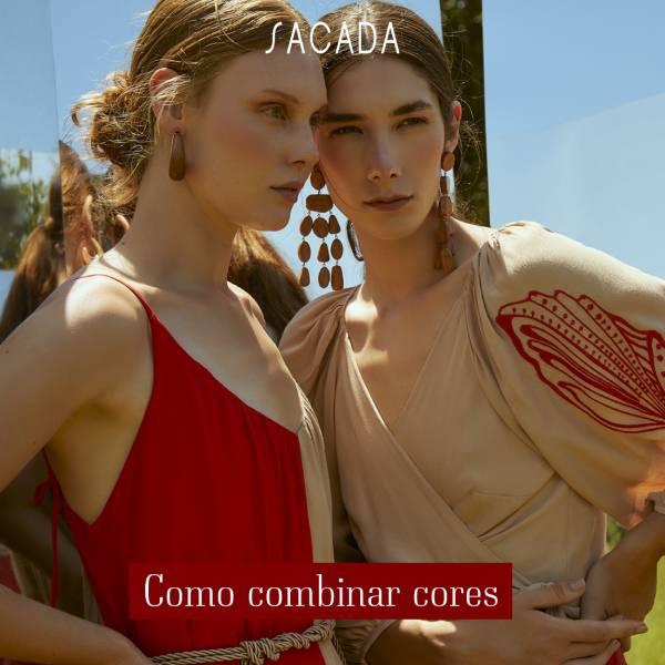 Duas mulheres com roupa vermelha e nude posando juntas